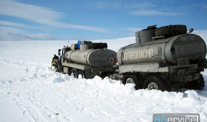 Иногда даже проходимые грузовики застревают в снегах